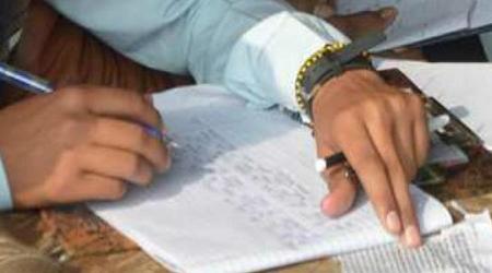 परीक्षा में नकल कर रहे 11 पुलिसवाले गिरफ्तार | NATIONAL NEWS