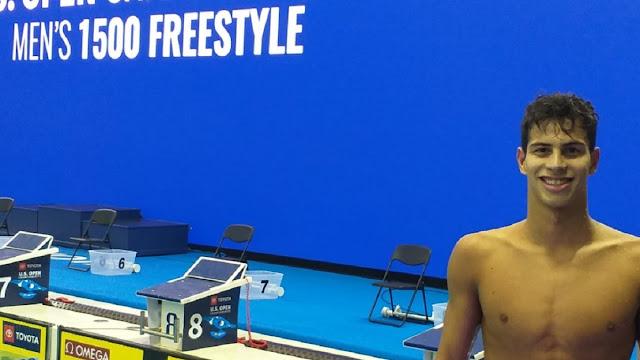 Gilherme Costa posando pra foto em competição da natação
