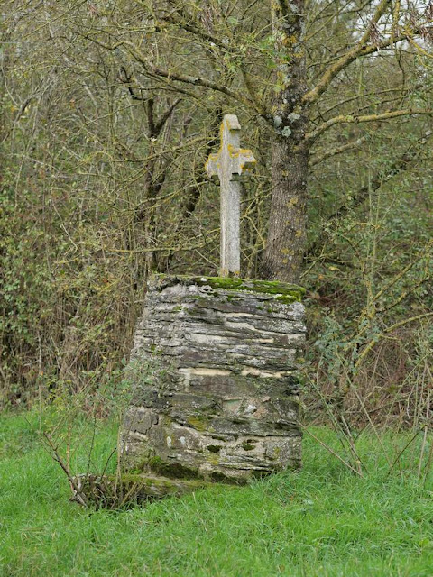 Une croix en béton, socle en schiste