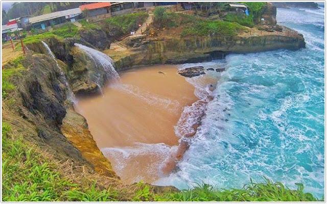 Pantai Banyu Tibo ;Top Destinasi Wisata Pacitan;