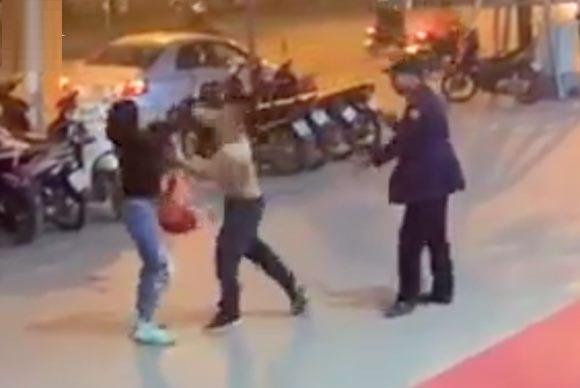 Nam bảo vệ đấm một phụ nữ 'không trượt phát nào'