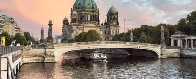Barco navegando no rio Spree durante o passeio turístico em Berlim