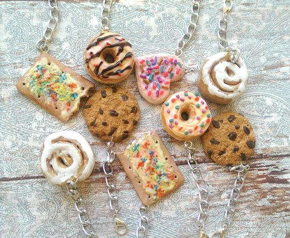 miniatur mainan makanan yang berntuk kue kue yang sangat lezat