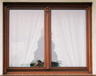 Okno z ozdobami