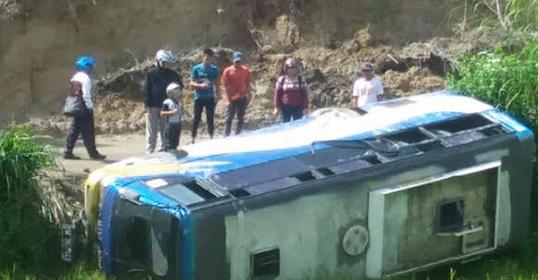 Bus Mutsubishi Colt Diesel No. Pol. BK7971'LC terbalik di Huta Godung, Desa Sionom Hudon Timur Kecamatan Parlilitan.