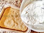 preparare reteta prajitura Rakoczi - crema de branza cu stafide turnata peste blat