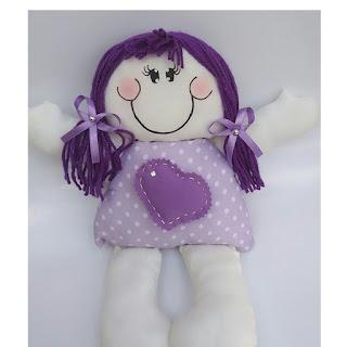 Boneca em tecido na cor lilás