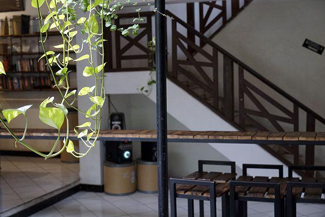 Ruangan terbuka yang nyaman di Erha Coffee and Literacy