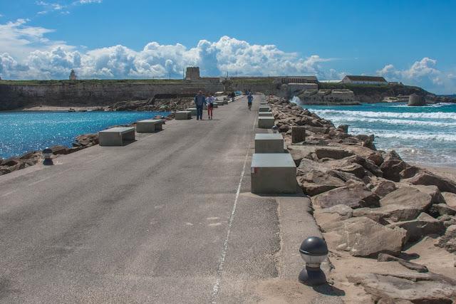 Punta de Tarifa, o ponto mais meridional da Europa, que separa o Oceano Atlântico do Mar Mediterrâneo