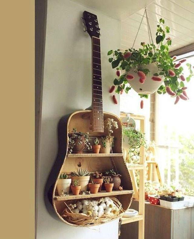 Una estantería con una guitarra
