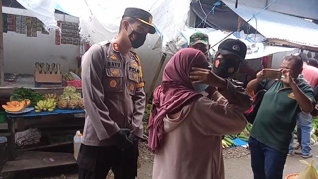 Polres SBB Bersama Kodim 1502/Masohi Bagi 250 Buah Masker Kepada Masyarakat