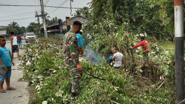 Babinsa Koramil 04/Meureubo Menjadi Pelopor Pembersihan Lingkungan Jelang Ramadhan