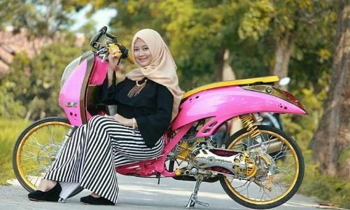 Gambar-Wanita-Hijab-Di-Motor-Scoopy-Modif