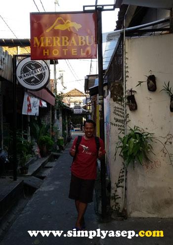 GAYA : Buat bukti saja kalau saya memang pernah ke hotel Merbabu ini. Difoto saat akan dolanan ke Malioboro sore hari sekalian ngabuburit.  Foto Asep Haryoono