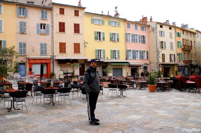 Edifici colorati nel centro della piazza principale
