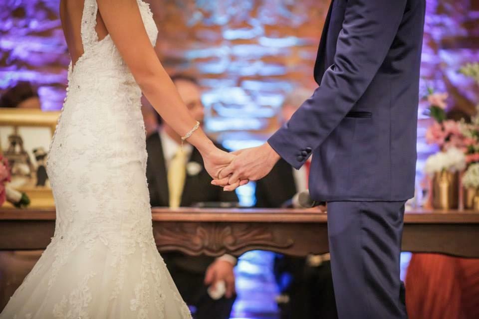 casamento-lindo-singelo-cerimonia-noivos-maos-dadas