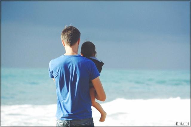 ảnh Cha ẳm con gái ra ngắm biển