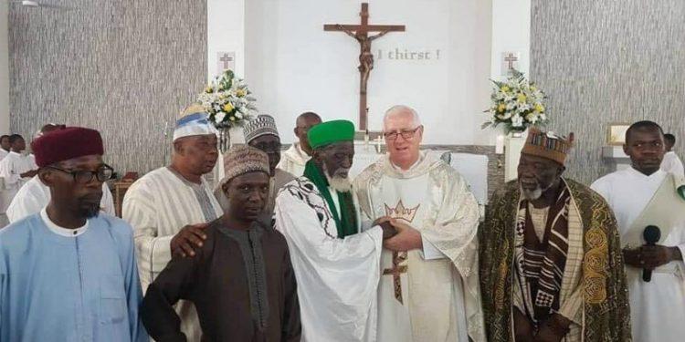 Demi Perdamaian, Imam Besar Muslim Ini Ikut Misa di Gereja