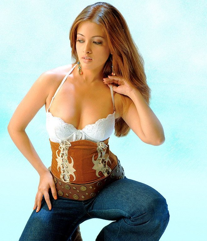 INDIAN SEXY ACTRESS IMAGES: Hot Riya Sen Photos