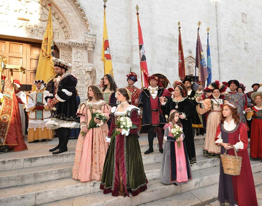 Um dia de festa em Bitetto congrega os cidadãos junto à catedral