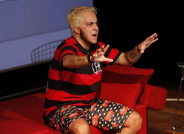 Thammy Miranda fica sem camisa em estreia de peça 'T.R.A.N.S'