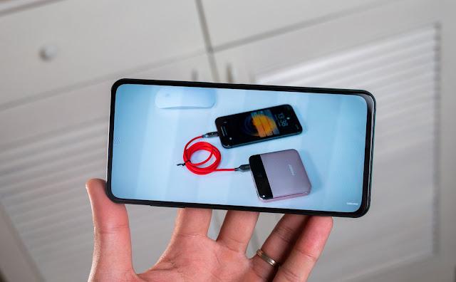 Galaxy Z Fold 3 menggunakan kamera di bawah layar