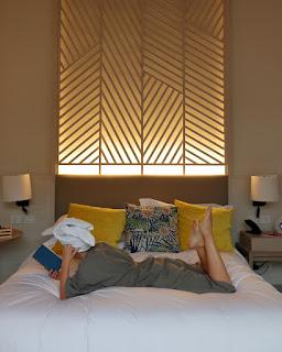 Alessia Siena si rilassa nel letto della villa all'hotel Avani+ Samui