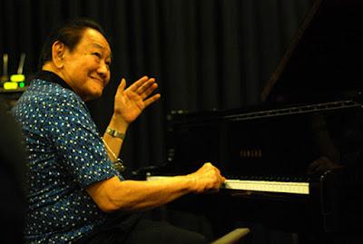 """Biografi Bubi Chen   Bubi Chen (lahir di Soerabaja, Jawa Timur, 9 Februari 193 adalah seorang pemusik jazz Indonesia. Saat berusia 5 tahun oleh ayahnya Tan Khing Hoo, Bubi diserahkan kepada Di Lucia, seorang pianis berkebangsaan Italia, untuk belajar piano. Saat itu Bubi belum bisa membaca apalagi memahami not balok. Meskipun begitu, Bubi Chen bisa mengikuti pelajaran yang disampaikan oleh Di Lucia karena Bubi Chen sudah terbiasa melihat kakak-kakaknya, Jopie Chen dan Teddy Chen, saat sedang berlatih piano. Bubi Chen belajar pada Di Lucia hingga tahun kemerdekaan Indonesia.    Setelah itu, Bubi Chen mengikuti kursus piano klasik dengan pianis berkebangsaan Swiss bernama Yosef Bodmer. Suatu ketika Bubi Chen tertangkap basah oleh Yosef Bodmer ketika sedang memainkan sebuah aransemen jazz. Bukannya marah, Yosef Bodmer justru berucap, """"Saya tahu jazz adalah duniamu yang sebenarnya. Oleh karena itu, perdalamlah musik itu"""". Di umur 12 tahun, Bubi Chen sudah mampu mengaransemen karya-karya Beethoven, Chopin, dan Mozart ke dalam irama jazz. Bubi Chen menilai musik jazz memiliki kebebasan dalam menuangkan kreatifitas dibanding musik klasik dengan kaidah-kaidahnya sendiri.  Beberapa waktu kemudian Bubi mulai mempelajari jazz secara otodidak. Ia mengikuti kursus tertulis pada Wesco School of Music, New York"""