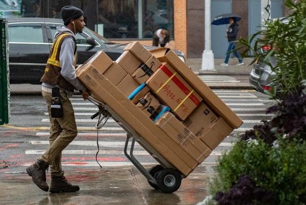 Image: NYC, New York, Verenigde Staten - Delivery man in the street, by Wynand van Poortvliet on Unsplash