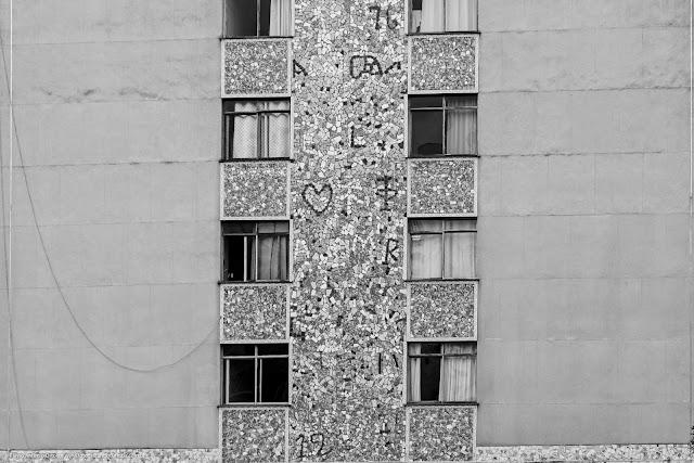 Uma faixa com cacos de azulejos nos fundos de um edifício - detalhes