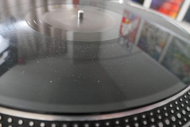 アナログレコード盤面に埃や手垢が付いた状態です。