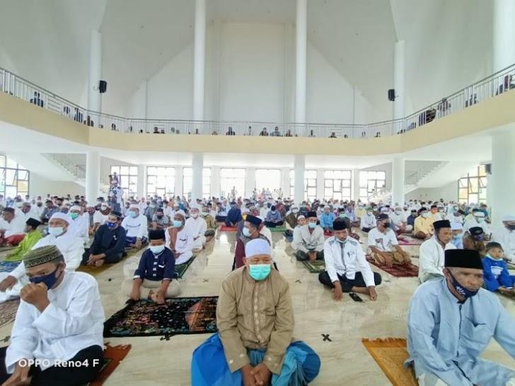 Tetap Terapkan Protkes, Pemkab Tanjab Barat Sholat Jumat Perdana Di Masjid