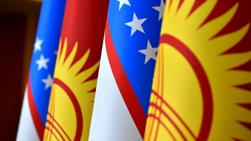 Флаги Кыргызстана и Узбекистана