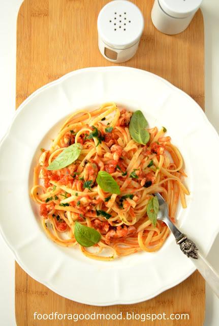 To fenomenalne danie już na sam widok powoduje u mnie ślinotok i niepohamowany apetyt ;) Ile by nie było, to i tak wciąż za mało. Włoska klasyka - dobra zawsze i wszędzie :)  Kluczem do sukcesu nie są tutaj umiejętności, bo danie praktycznie robi się samo, ale najlepszej jakości składniki: owoce morza, oliwa, białe wino i pomidory. Pysznie i z klasą! I do tego obiad/kolacja w 15 minut! :)