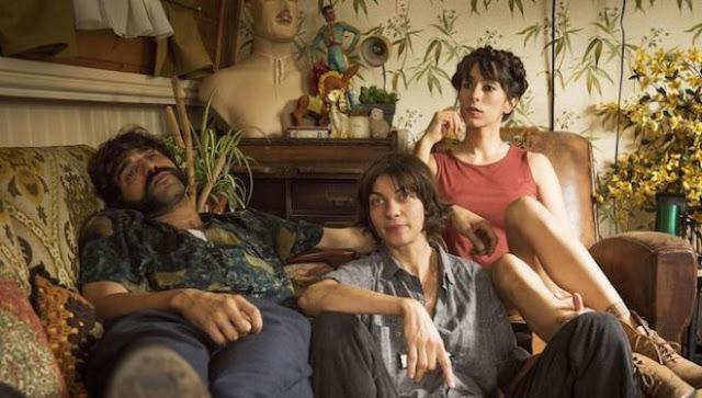 El trío protagonista en el interior del barco dónde vive la pareja formada por Kat (Natalie Tena) y Eva (Oona Chaplin)