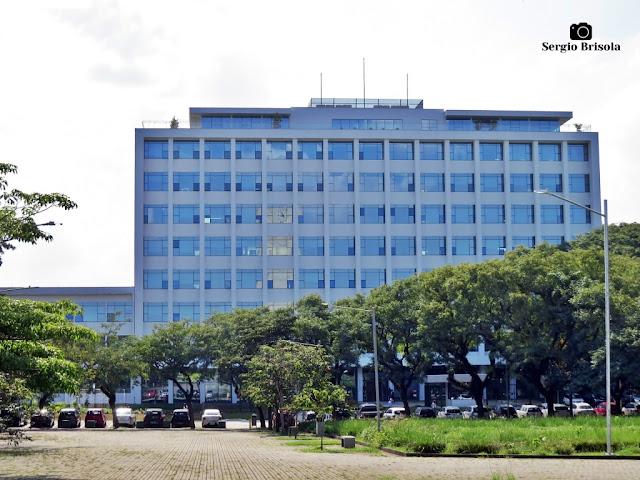 Vista ampla da fachada do Edifício da Reitoria da Universidade de São Paulo - Butantã