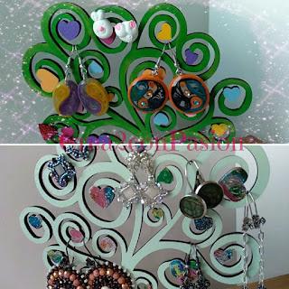 Cuelga-pendientes-decorado-con-transferencia-de-rotulador-foil-metalizado-y-pinturas-acrílicas-con-pendientes-por-Crea2-con-Pasión