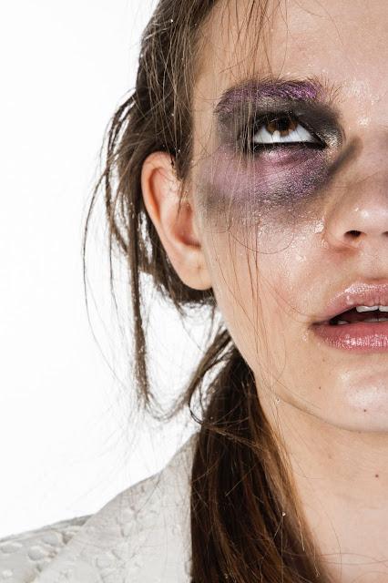 صادم :امرأة تضرب بوحشية فتاة مسلمة تبلغ من العمر 14 عامًا في لندن