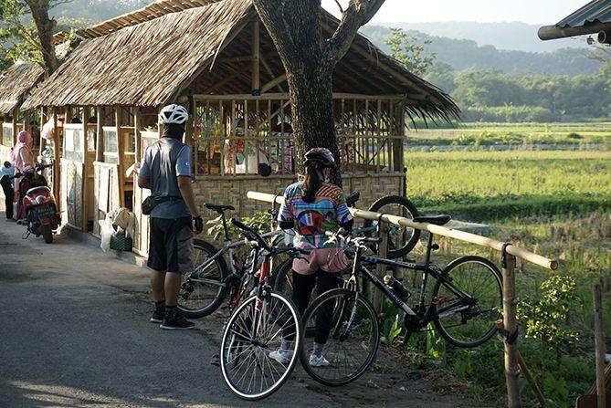 Area parkir sepeda di destinasi