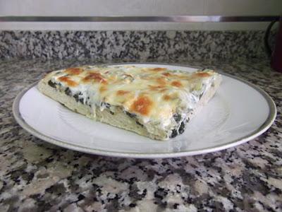 Pizza de alcachofas, espinacas y queso