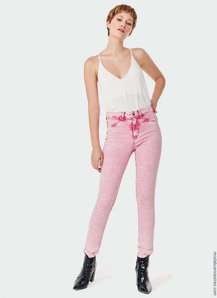 Pantalones de jean de colores primavera verano 2020.