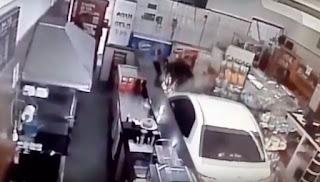 Motorista passa mal e carro invade padaria em Juquiá