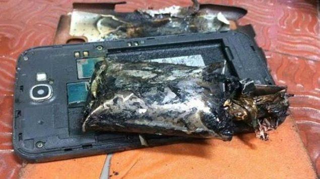 कॉल रिसीव करते ही मोबाइल से उठा धुआं, फिर देखें क्या हुआ..