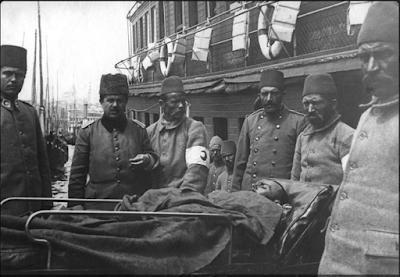 Yaralıların Sirkeci'de vapurdan indirilmeleri