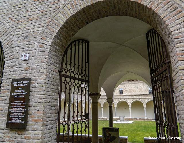 Claustro do Convento de São Francisco, em Ravena, Itália