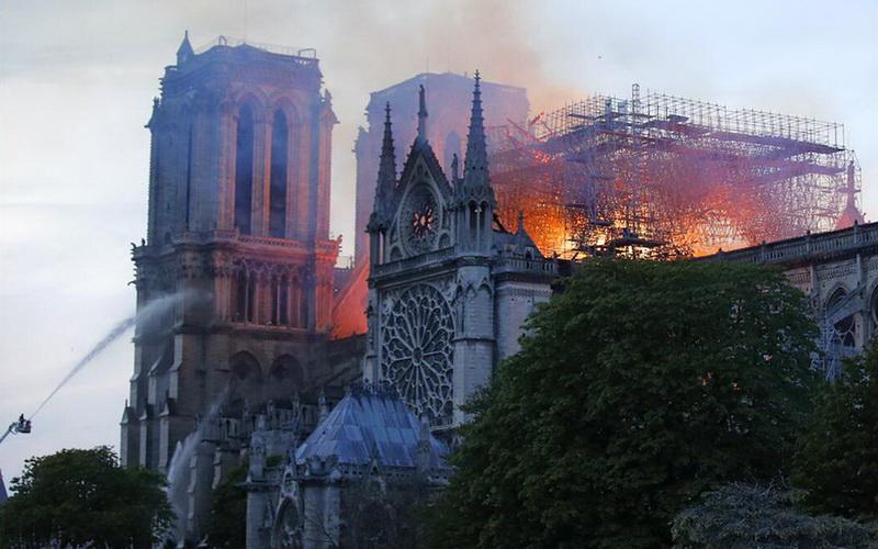 Καταστροφική πυρκαγιά στην Παναγία των Παρισίων