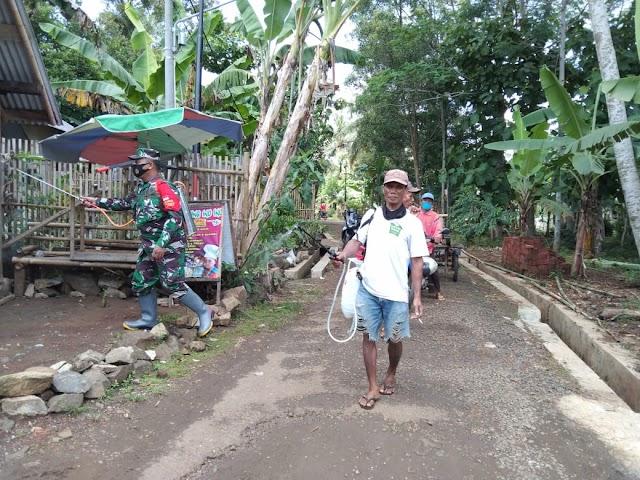 Warga Positif Covid, Babinsa Karangmangu Lakukan Penyemprotan Disinfektan