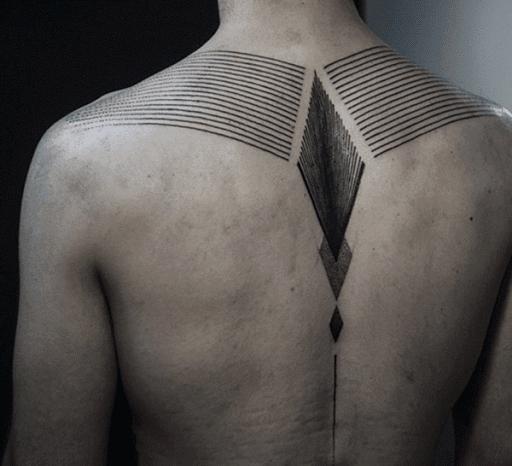 De espessura, as linhas pretas, executado ao longo do utente músculos do ombro e levar para o utente vertebral, onde um trio de sobreposição de formas de diamante atropelar a metade superior do utente está de volta.