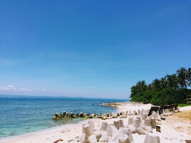 Bãi cái rất trắng, rặng dừa xanh nghiêng mình hướng ra biển.
