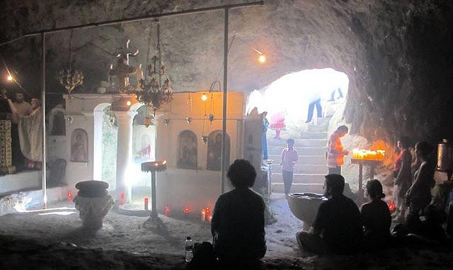 Karpathos, Vroukounda - Foto da  http://arpathea-karpathos.gr/st-johns-feast-vroukounda/